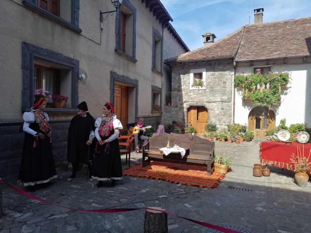 Una de las escenas tradicionales de traje ansotano, este domingo en la localidad.