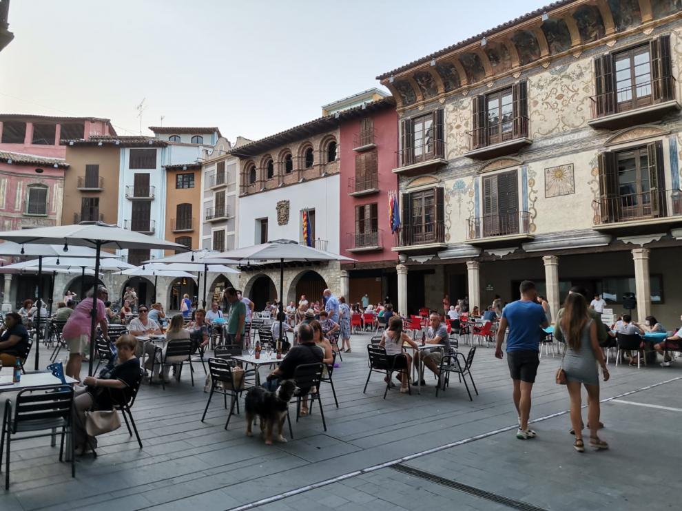 Imagen de este verano de la plaza Mayor de Graus, donde mañana se pone en marcha el segundo periodo de Bonos Impulsa.