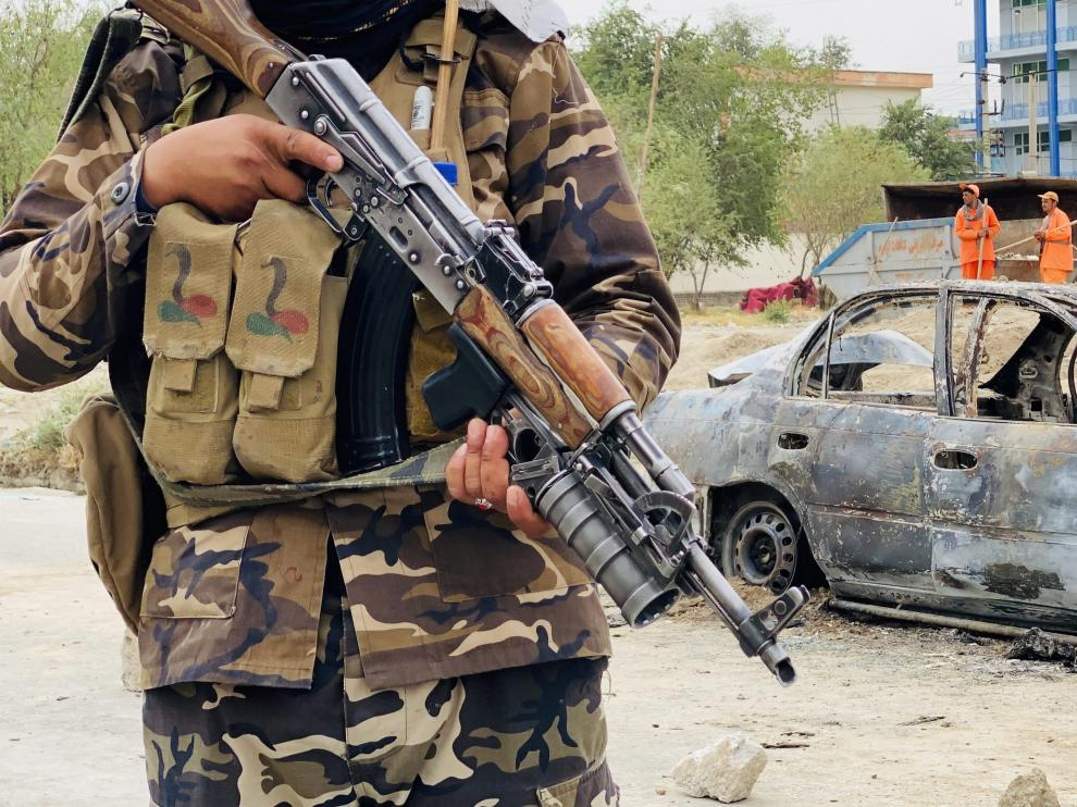 Los talibanes custodian un vehículo que fue usado para perpetrar uno de los ataques en el aeropuerto.