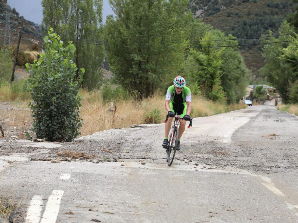 Un ciclista circulando por la carretera de Arguis este miércoles