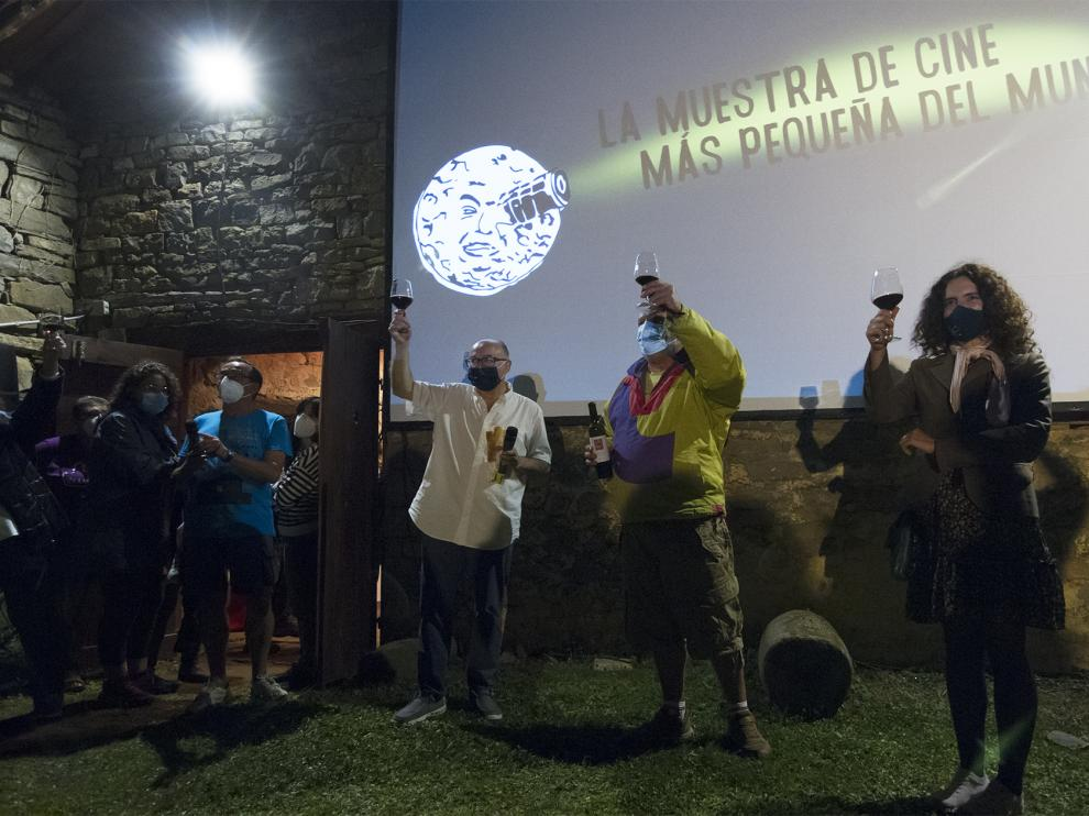 Rebordinos, Cordero y Patricia Pérez brindan por el éxito del festival de Ascaso.