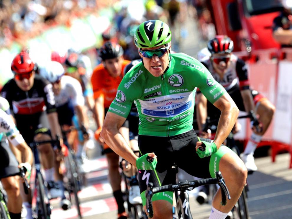 El neerlandés Fabio Jakobsen, del equipo Deceuninck Quick Step, celebra la victoria tras ganar al esprint la decimosexta etapa