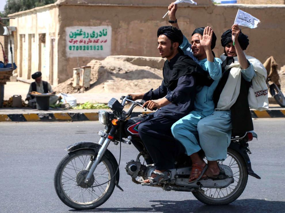 Talibanes celebrando la retirada de las tropas estadounidenses
