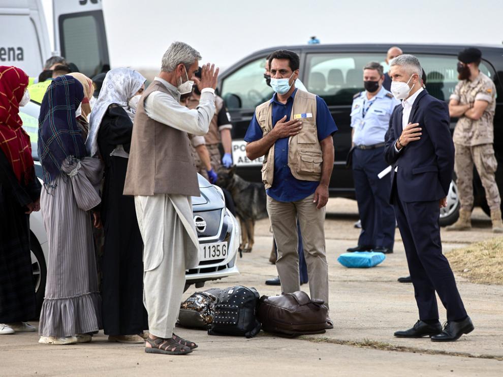 El ministro de Interior, Fernando Grande-Marlaska (3d) saluda a varios refugiados en la base aérea de Torrejón de Ardoz a 24 de agosto de 2021