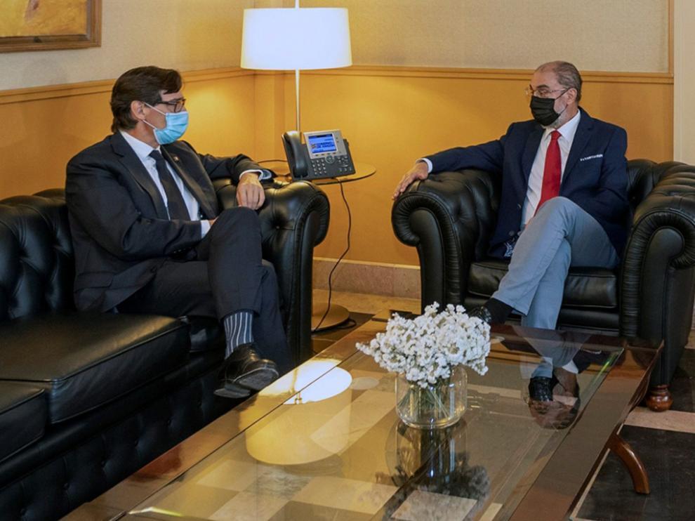 El presidente de Aragón, Javier Lambán, durante la reunión que ha mantenido con el portavoz del PSC en el Parlament de Cataluña, Salvador Illa