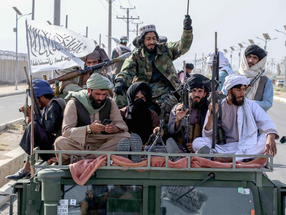 Talibanes celebrando la retirada de las tropas de EEUU