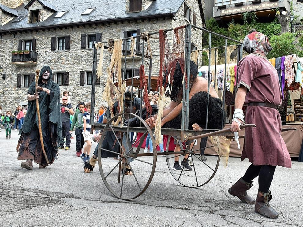 Animación por las calles de Sallent con el grupo Las Brujas Eventos en la edición de 2019.