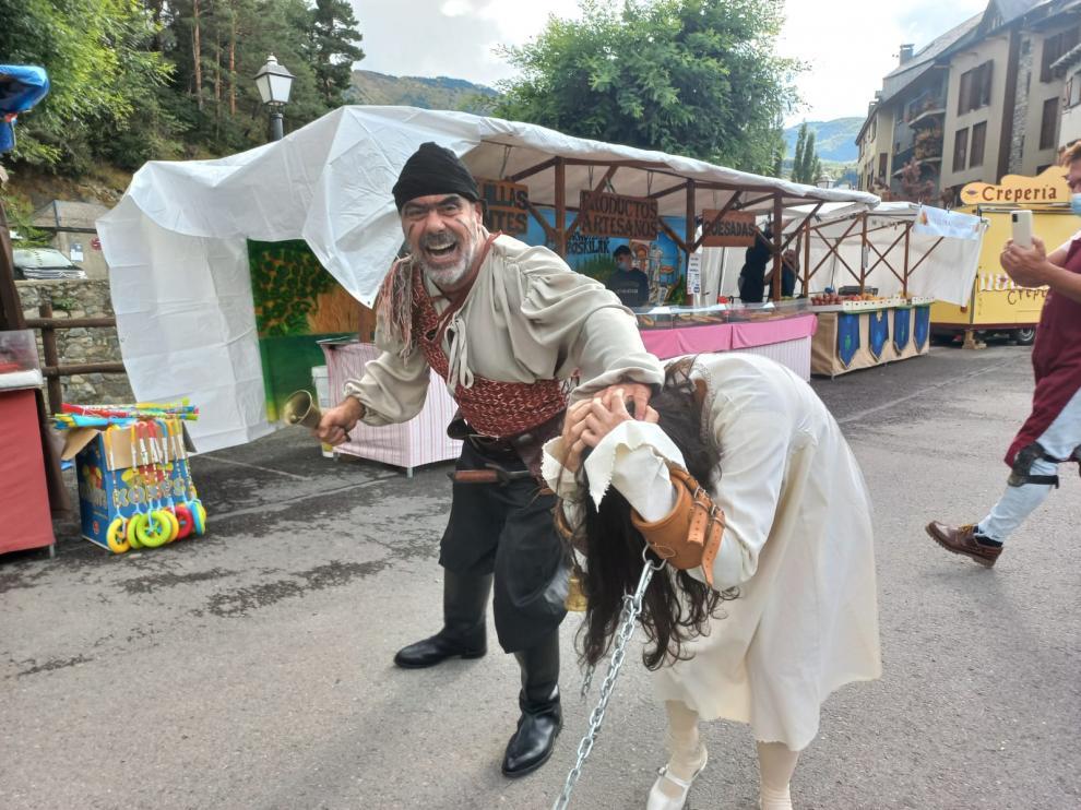 Animación en el mercado mágico de la feria en la tarde del viernes, tras la apertura del certamen.