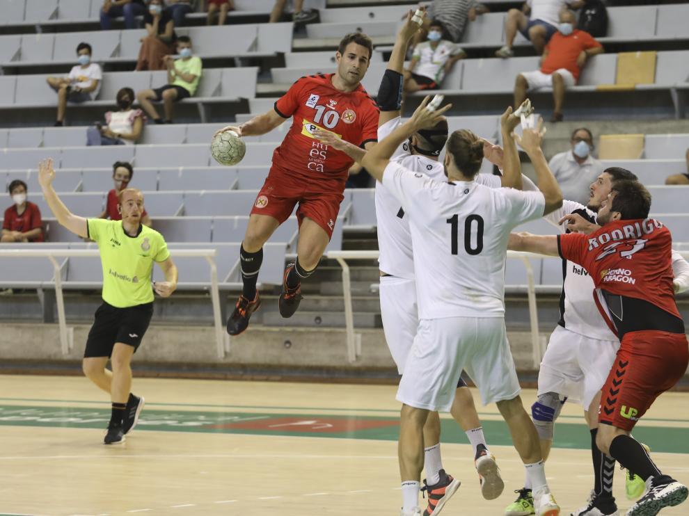 Adriá se eleva en una acción de ataque en el partido ante Anaitasuna