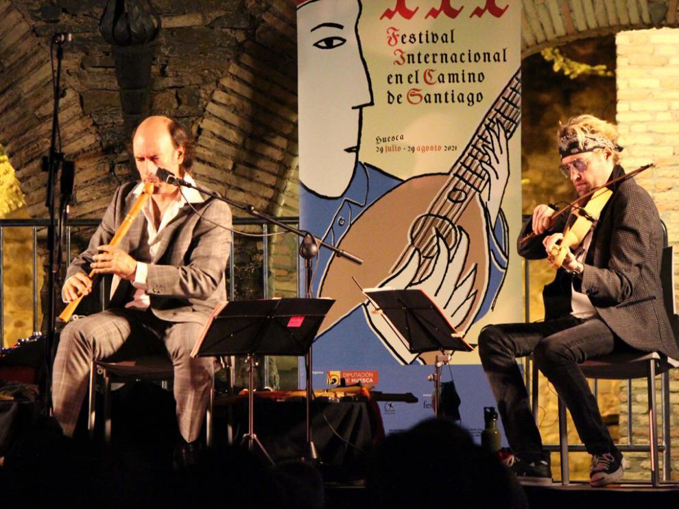 Carlos Núñez (izquierda), durate su concierto en el festival