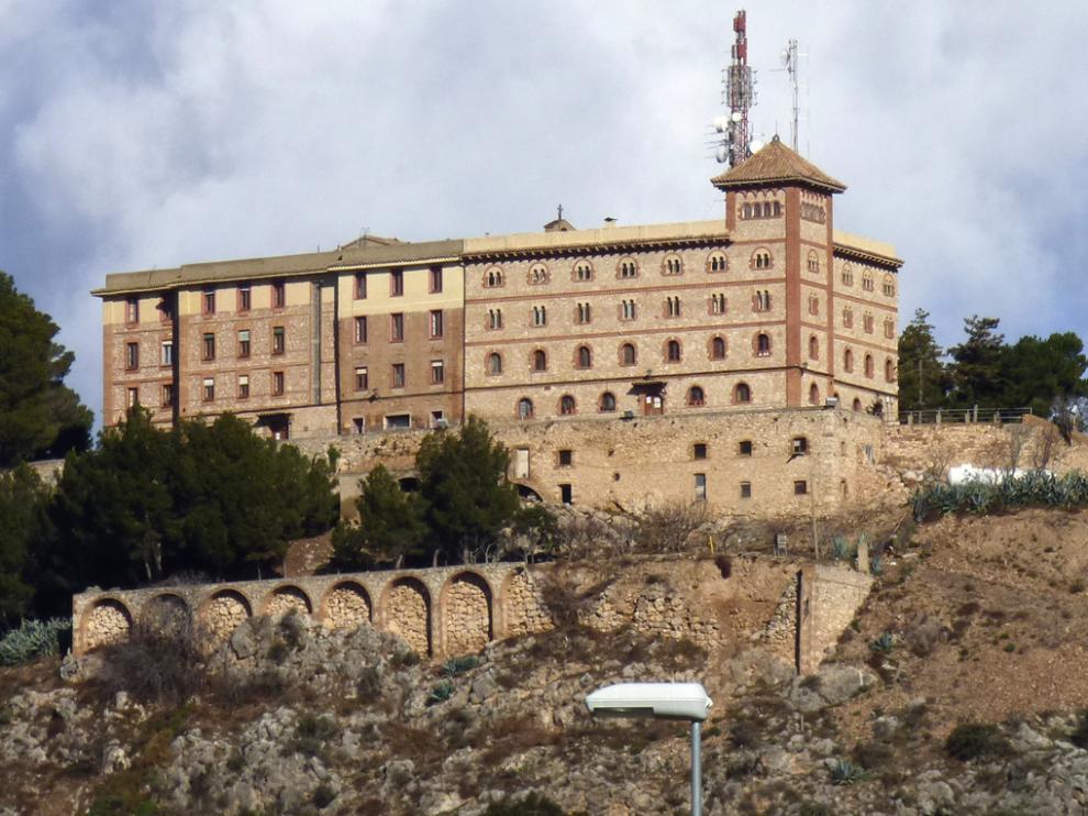 El monasterio de El Pueyo, situado sobre un cerro próximo a Barbastro, forma parte de la silueta del paisaje del Somontano