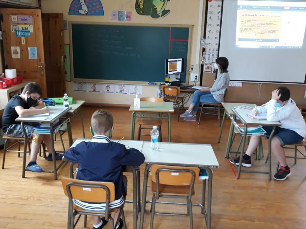 La escuela de Senegüé el pasado curso, con los tres alumnos que empiezan ahora el instituto