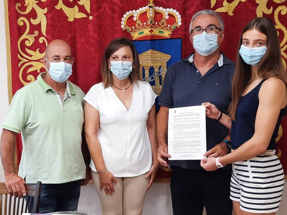 Longán y Viu muestran la beca junto con la alcaldesa de Velilla de Cinca, Belén Ibarz