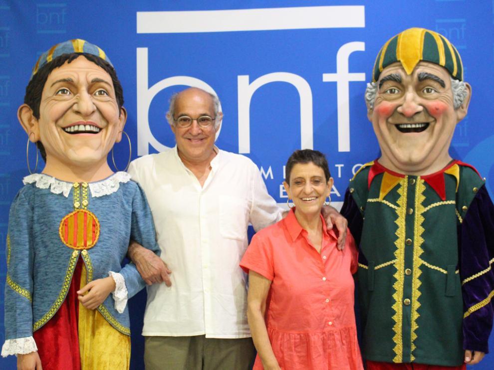 Paco Paricio y Pilar Amorós con sus cabezudos