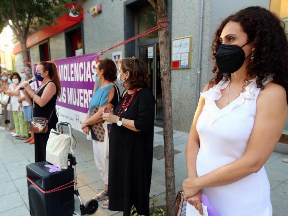 Paloma Delgado durante una concentración contra el maltrato realizada en la capital oscense