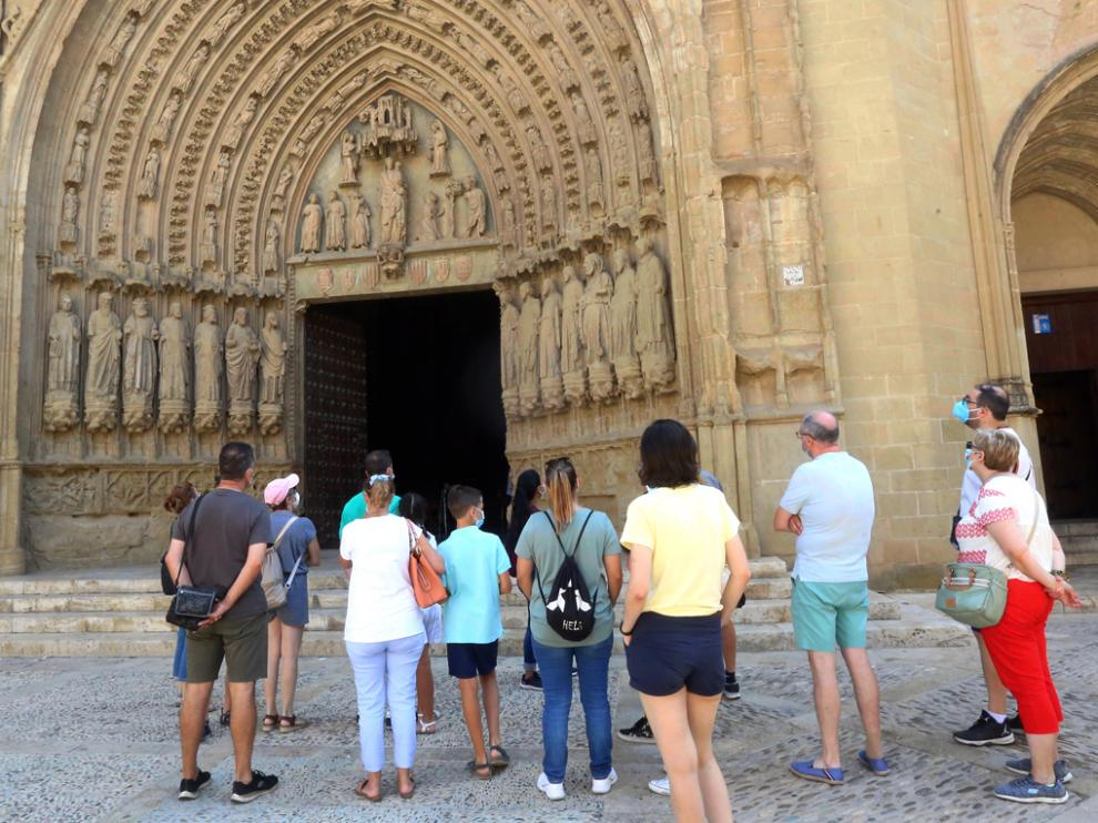 Turistas en la Catedral de Huesca