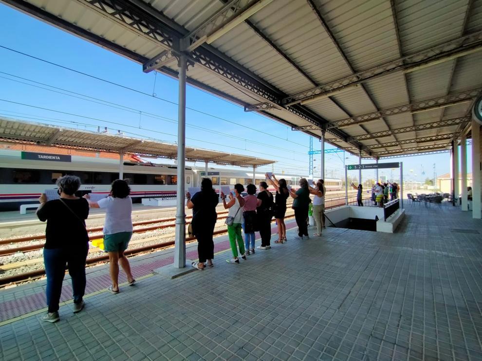 Manifestantes esta mañana en la estación de tren de Tardienta