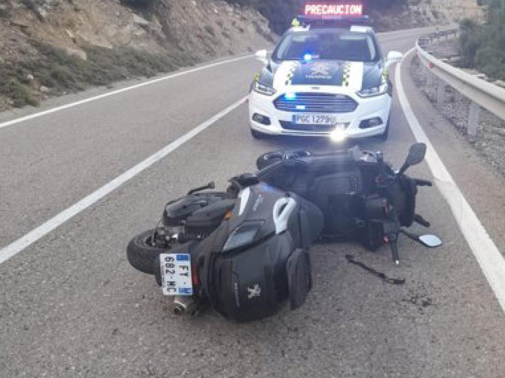 04-09-2021 Accidente de tráfico en la N-211 en Mequinenza (Aragón).      ZARAGOZA, 4 (EUROPA PRESS)      Una mujer, de origen francés y 71 años, ha fallecido este sábado, 4 de septiembre, tras sufrir un accidente en la moto en la que circulaba en la carretera A-211, a su paso por el término municipal de Mequinenza.  El vehículo ha volcado, según han informado fuentes de la Diputación de Zaragoza y de la Guardia Civil de Tráfico.     El suceso ha tenido lugar en el kilómetro 303 de la citada vía sobre las 18.45 horas. El conductor de la motocicleta, esposo de la fallecida, también francés de 73 años, ha resultado herido grave y ha sido trasladado al hospital de Lérida.     Al lugar han acudido bomberos de la institución provincial zaragozana para colaborar con los sanitarios del 061.También han participado Guardia Civil y Protección Civil.  OTRO ACCIDENTE     Además, ha tenido lugar otro accidente en el que el conductor de un vehículo ha resultado herido al salirse de la vía y caer por un barranco hasta quedar parado entre los árboles.  Accidente de tráfico en la N-211 en Mequinenza