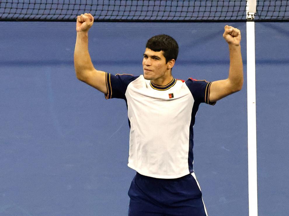 Carlos Alcaraz celebra su histórica victoria.