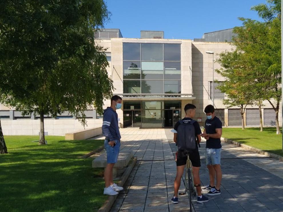Alumnos frente a la Escuela Politécnica Superior de Huesca.