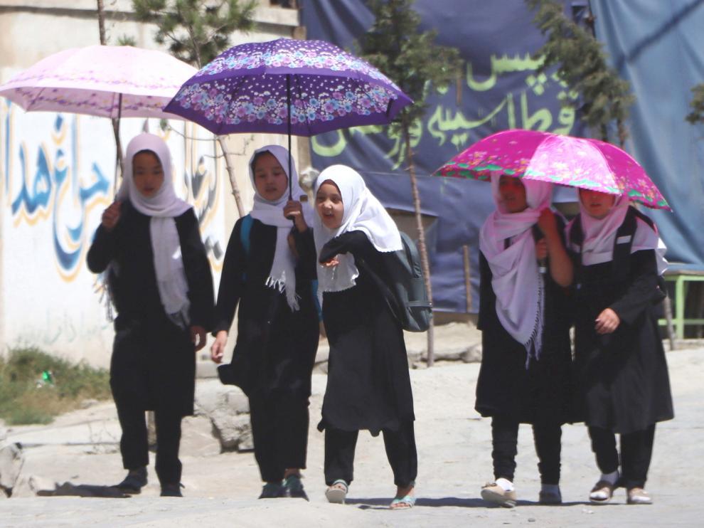 Escolares afganas salen después del horario escolar en Kabul, Afganistán