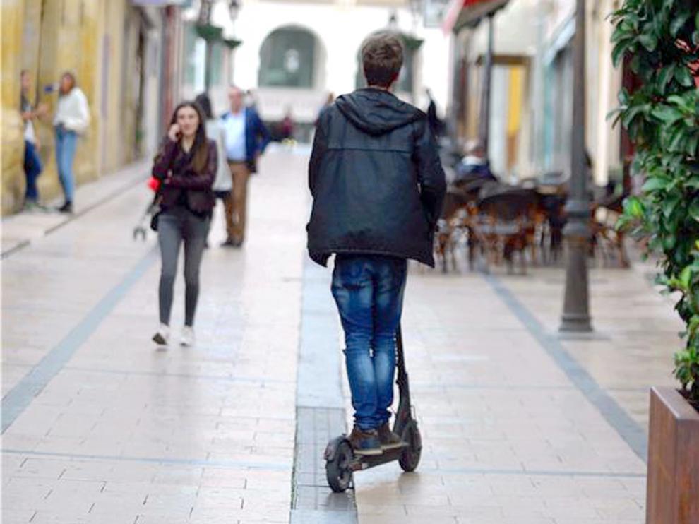 Foto de archivo de un patinete eléctrico en la calle Duquesa de Villahermosa