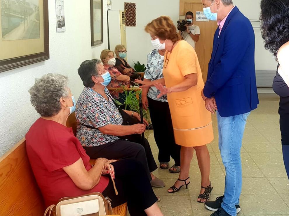 La consejera María Victoria Broto ha visitado el Hogar de Binéfar