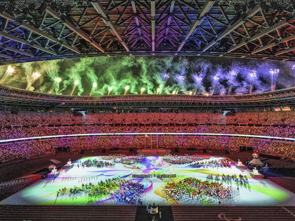 Un momento de la ceremonia de clausura, con los atletas en el centro del estadio