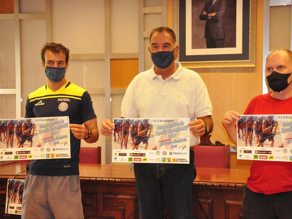 Carlos Lannes, Domingo Poveda y Míchel Galay, con el cartel de la competición, en el Salón de Ciento del Ayuntamiento de Jaca.