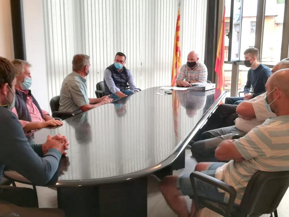 El pasado viernes DPH, Ayuntamiento y asociaciones ganaderas se reunieron con motivo de la báscula municipal