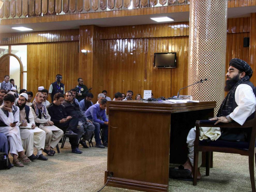 El portavoz de los talibanes, Zabihullah Mujahid, durante la rueda de prensa de este lunes en Kabul