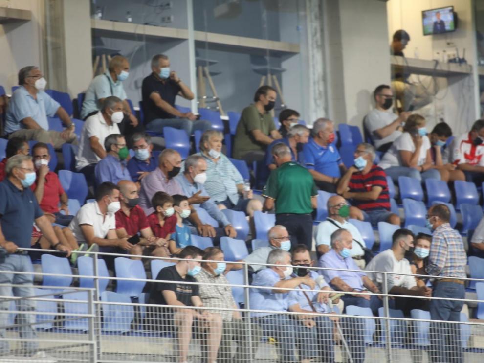 ALos aficionados han seguido a su equipo desde las gradas del estadio oscense.