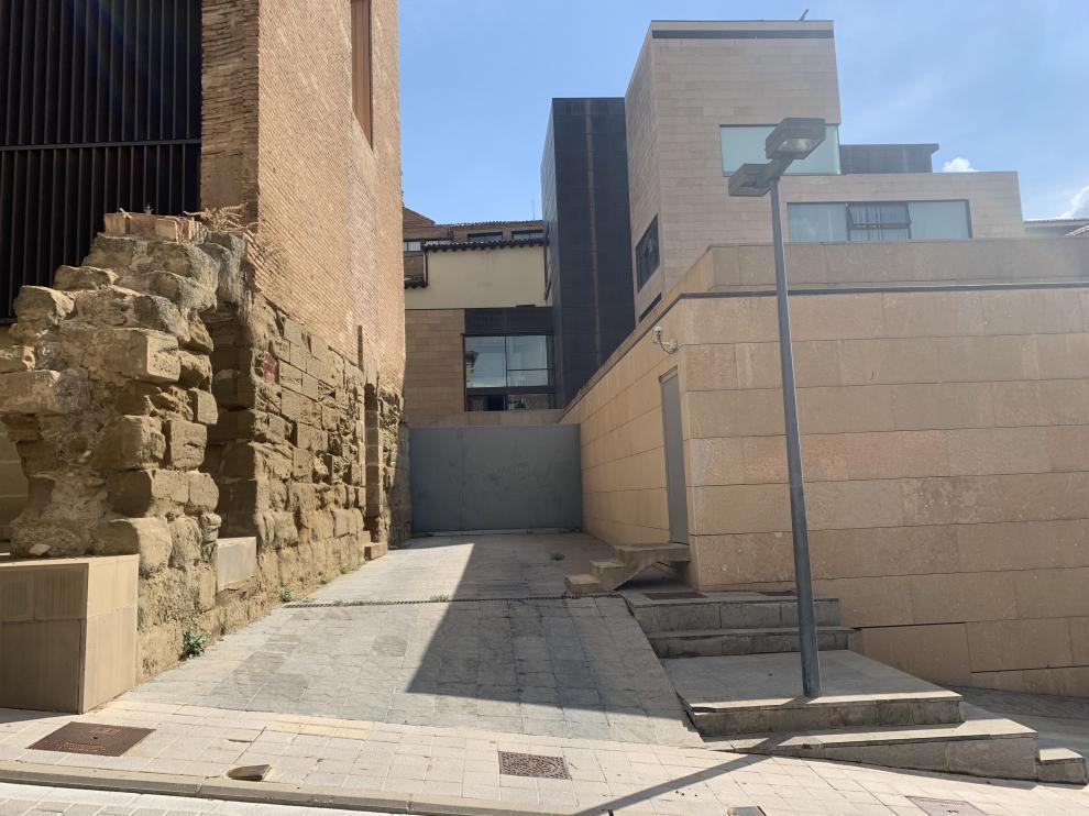 Acceso al Ayuntamiento de Huesca por la calle Mosieur Boyrie.