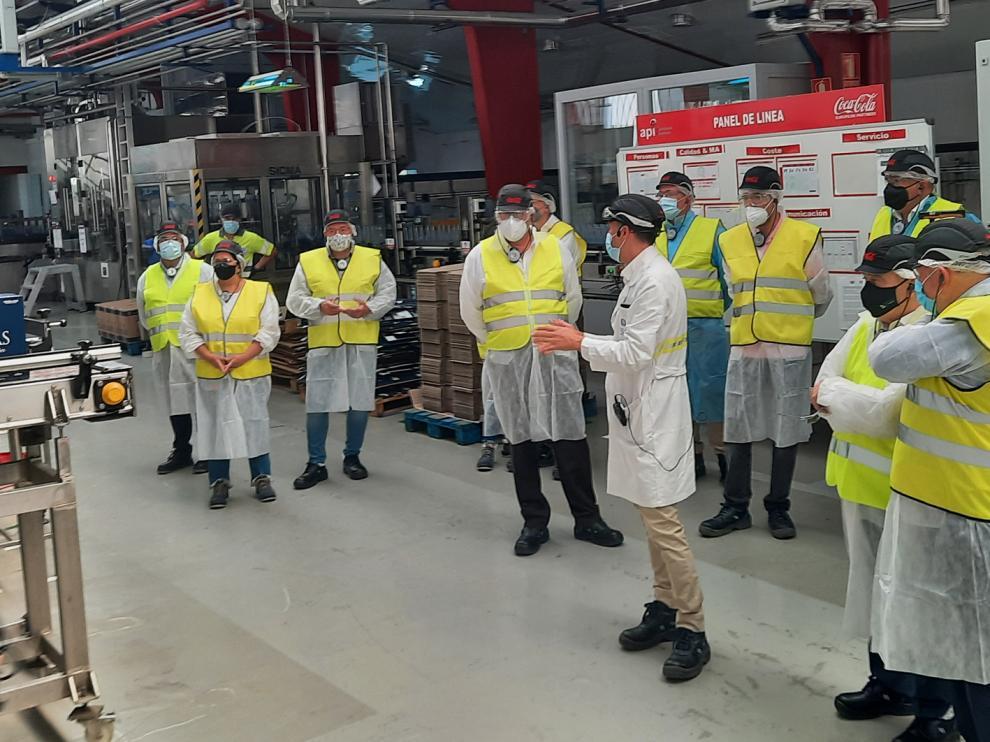 El responsable de la planta, Paco Paúl, de blanco, da indicaciones a las autoridades durante su visita