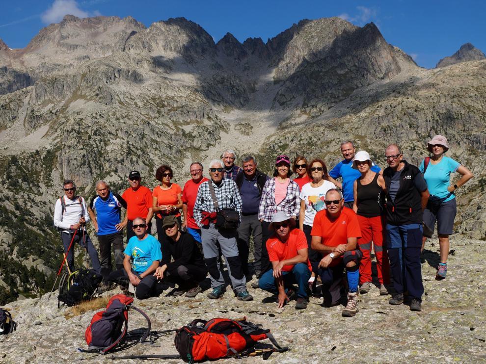 Espectacular telón de fondo para la foto de los montañeros oscenses