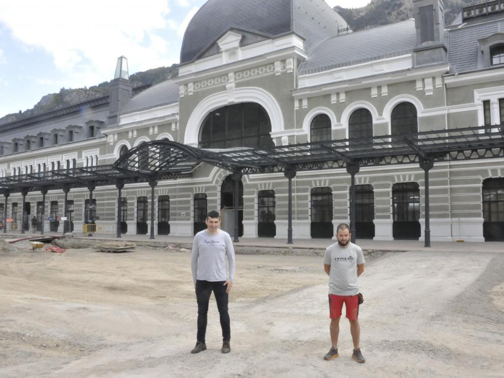 Fernando Sánchez y Álex Varela, este jueves, junto a la fachada principal de la Estación Internacional de Canfranc. R.G.