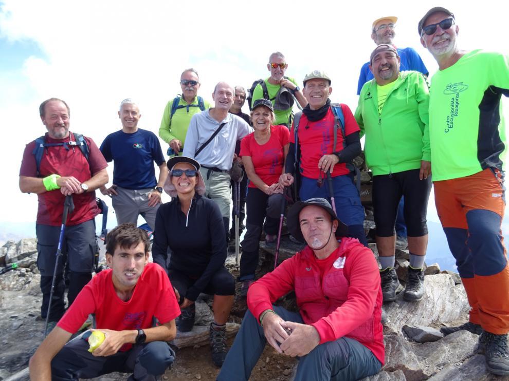 Los montañeros ribagorzanos en la cima de uno de los tresmiles franceses