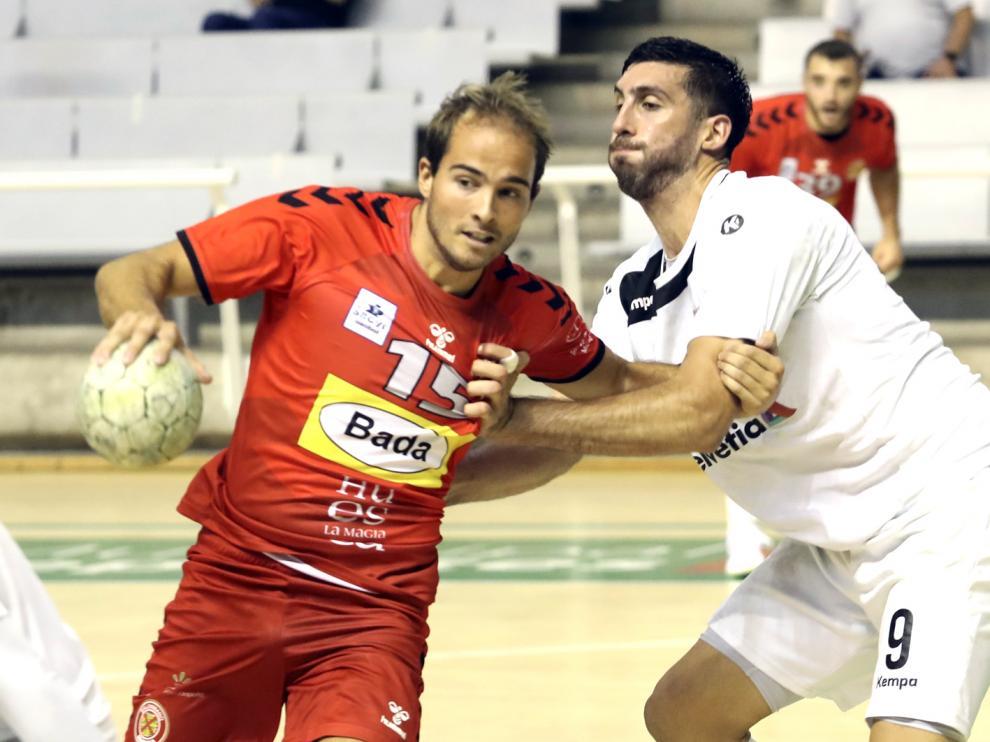 Miguel Gomes, defendido por Nico Bonanno, en el reciente encuentro amistoso contra Anaitasuna