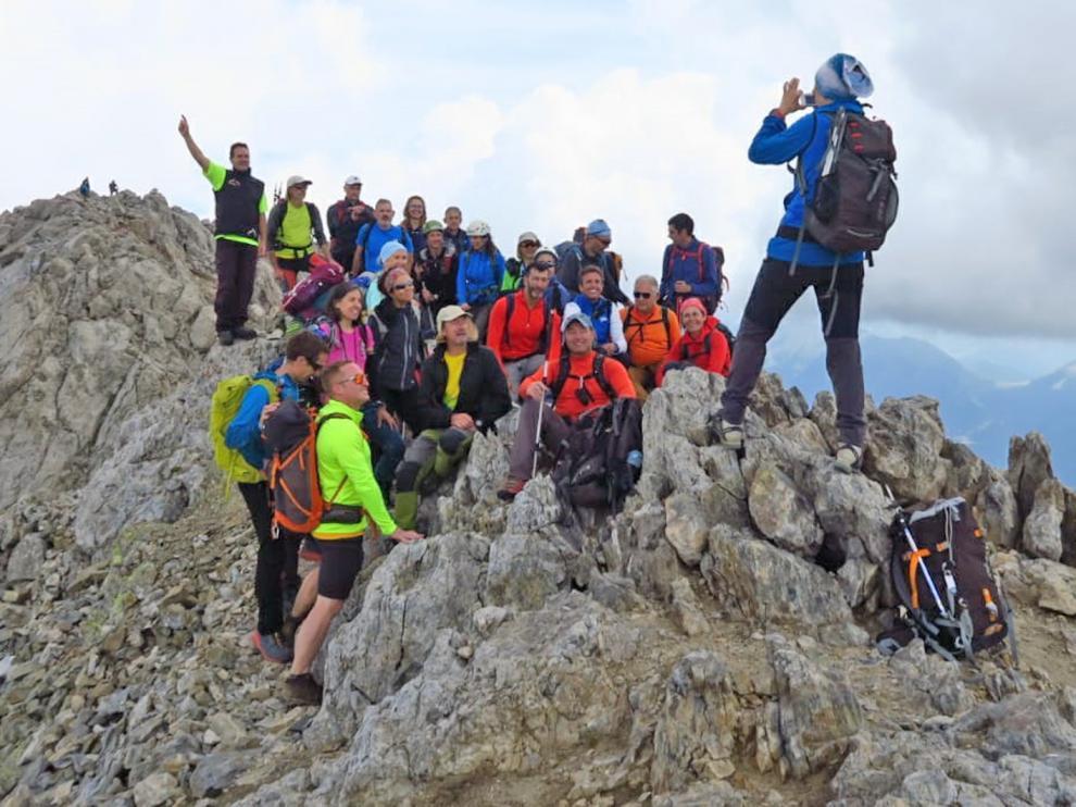 Momento de realizar la foto de grupo en la cima del Vallibierna