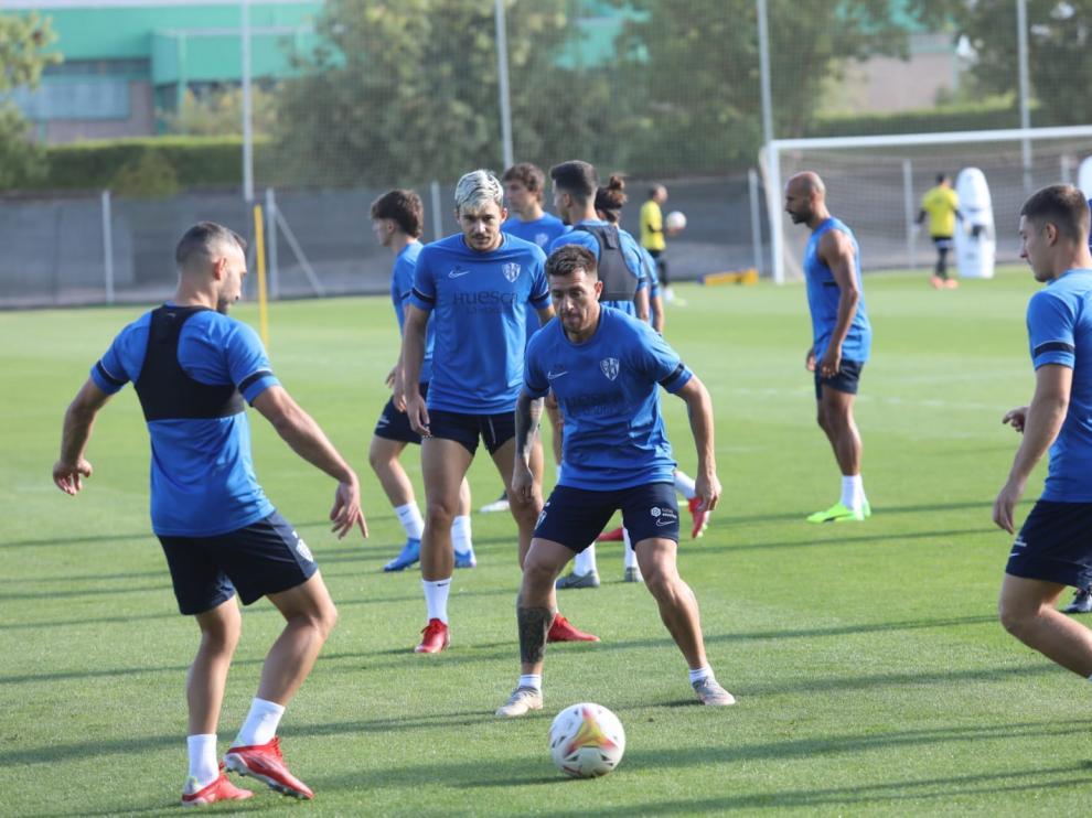 Buffarini y tras él Ratiu en el entrenamiento del Huesca este viernes.