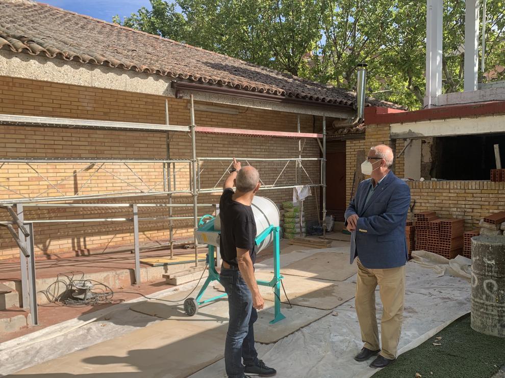 El concejal de Deportes y un técnico del Patronato Municipal de Deportes visitan el Campin de San Jorge y el desarrollo de las obras