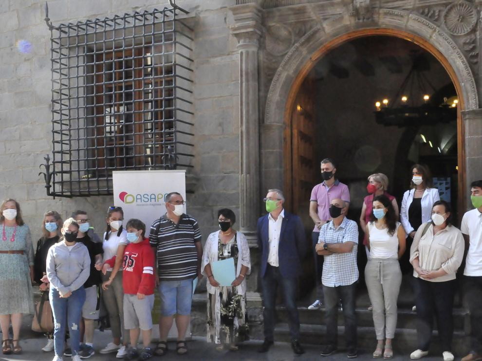 Miembros de Asapme, del Ayuntamiento y de colectivos locales