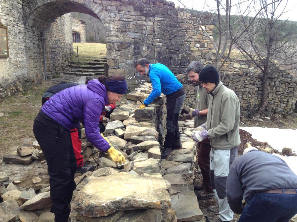 Quedadas de voluntarios, en este caso para reconstruir un muro de piedra seca