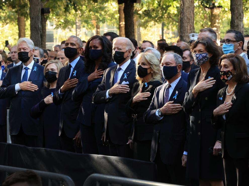 Biden, en el centro, con su esposa, seguido a la izquierda por los Obama y los Clinton.