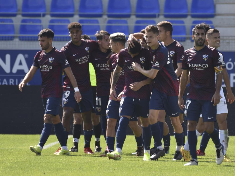 Los jugadores del Huesca B celebran el gol del empate.