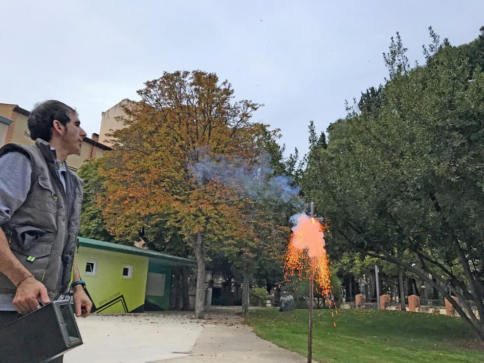 Lanzamiento de un cohete para espantar a los estorninos en el parque Miguel Servet.