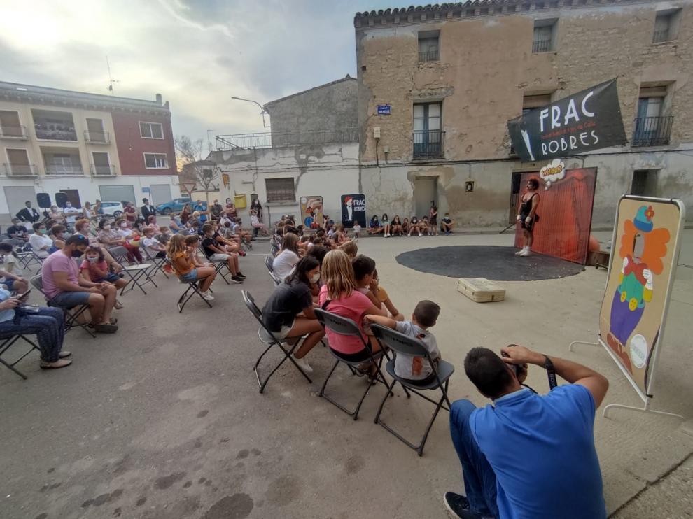 Público atento a uno de los espectáculos realizados durante la jornada mágica y circense en Robres.