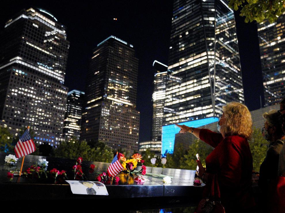 Visitantes la noche de este sábado en el memorial por la víctimas del 11-S, atentado del que ayer se cumplieron 20 años.