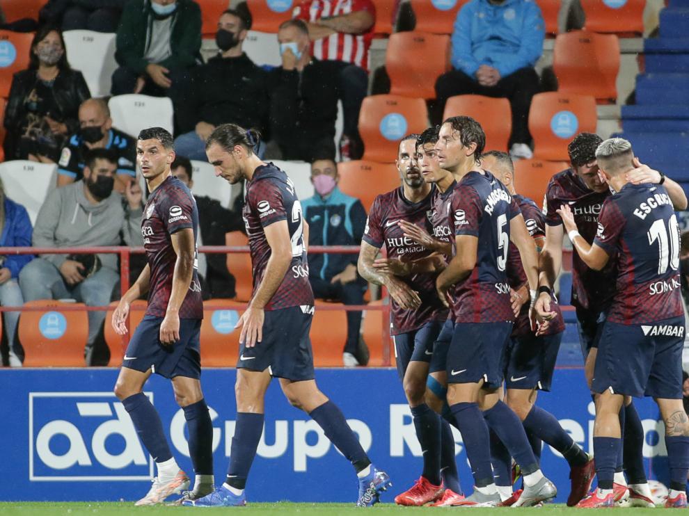 Los jugadores del Huesca celebran uno de los goles.