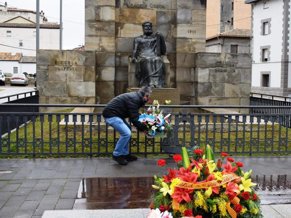 Ofrenda floral a Joaquín Costa en Graus, de mano de su concejal de Cultura, Julián del Castillo, por el 110 aniversario de su muerte.